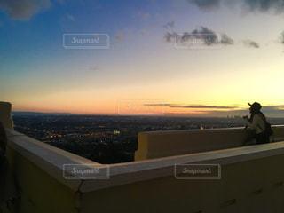 日没の前に立っている人の写真・画像素材[1042314]