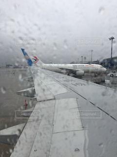 雨の日に出国の写真・画像素材[1325021]