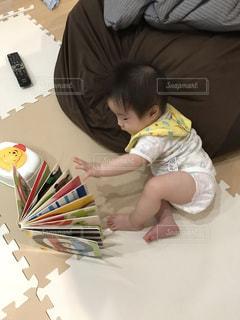 絵本を読む赤ちゃんの写真・画像素材[1751134]