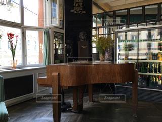 プラハ、カフェ、ピアノの写真・画像素材[442799]