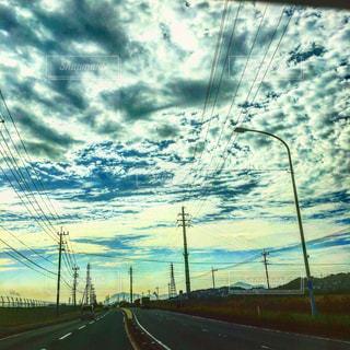 #朝の車列#鉄塔#鉄塔群#天空#天空アート#天空絵画#車窓から#雲の写真・画像素材[553763]