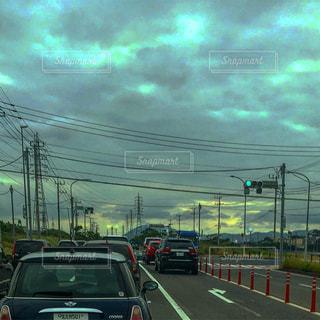 #朝の車列#鉄塔#鉄塔群#天空#天空アート#天空絵画#車窓から#雲の写真・画像素材[553778]
