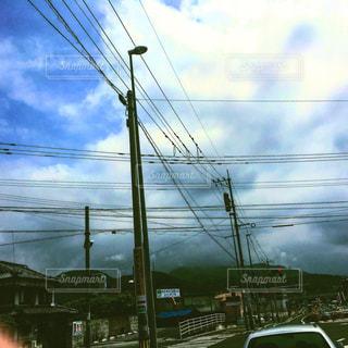 #空#電線#雲#雲群#天空#天空アート#天空絵画#車窓から#車窓からの空間#車窓からの時間#車窓からシリーズ#車窓からの街角#電柱電線の微笑み#癒しの雲群の写真・画像素材[554720]