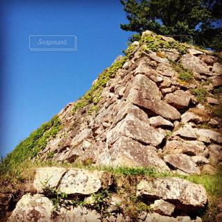 背景の木と岩が多い山の写真・画像素材[713191]