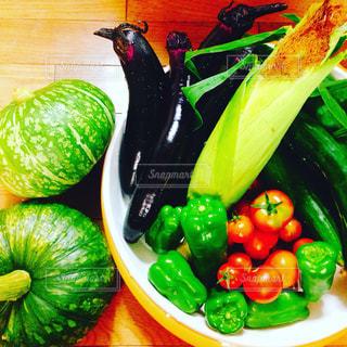 テーブルの上に食べ物の写真・画像素材[713193]