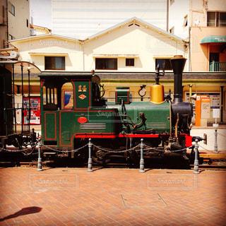 電車は建物の脇に駐車します。の写真・画像素材[713197]