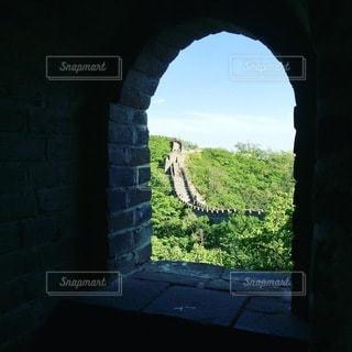 長城の窓から見える長城の写真・画像素材[3604644]