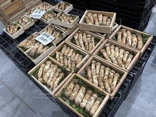 店頭に並ぶ秋の味覚松茸の写真・画像素材[3742202]