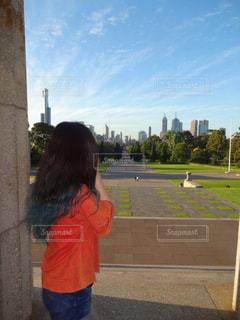 歩道で立っている女の子の写真・画像素材[732395]