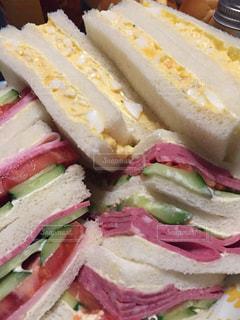 半分に切ってサンドイッチの写真・画像素材[1108949]