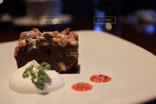 皿にチョコレート ケーキの写真・画像素材[1002363]