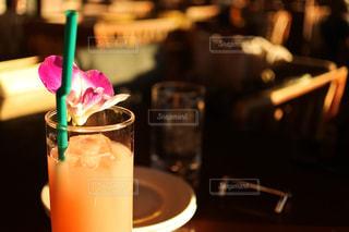 テーブルの上のコーヒー カップの写真・画像素材[1002406]