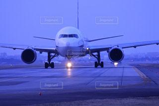大型の旅客機が滑走路の上に座っています。の写真・画像素材[1786225]