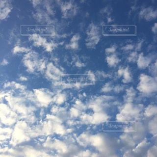 空には雲のグループの写真・画像素材[892013]