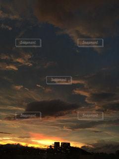 夕焼け空に浮かぶ雲の写真・画像素材[1696801]
