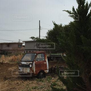 トラックは土フィールドの脇に駐車します。の写真・画像素材[1780239]