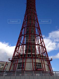 建物の上部に時計と大きな背の高い塔の写真・画像素材[1783524]