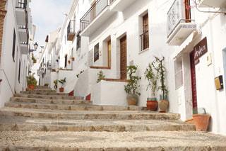 スペインの白い街の階段の写真・画像素材[391200]