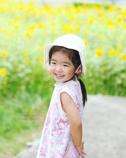 ピンクのドレスを着ている少女の写真・画像素材[712961]