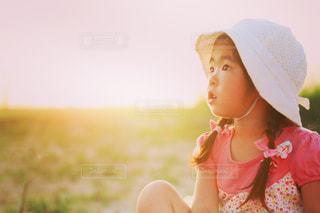 帽子をかぶった小さな女の子の写真・画像素材[712963]