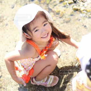 砂浜に座っている女の子 - No.717631