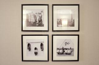 壁に掛かっている絵の写真・画像素材[2207196]
