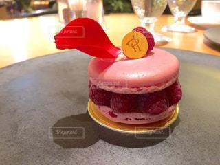 テーブルの上の赤と白のケーキの写真・画像素材[2219127]