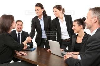 テーブルに座っている人々のグループの写真・画像素材[2724196]