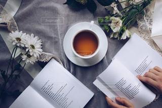 テーブルの上の本と紅茶の写真・画像素材[3102129]