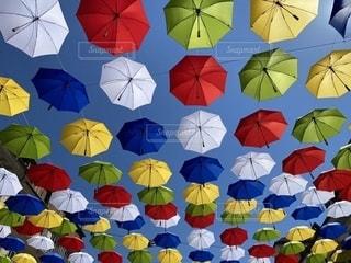 カラフルな傘の写真・画像素材[3221733]