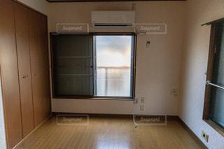 クローゼットと窓とエアコンがある木造の部屋の写真・画像素材[2174334]