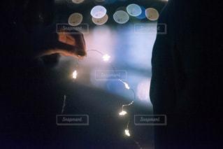 暗闇の中で立っている人 - No.1007746