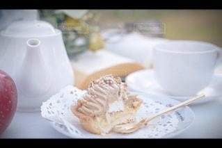 テーブルの上のケーキの一部 - No.1007749