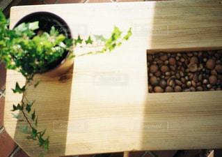木製のテーブルの上にの写真・画像素材[1046256]