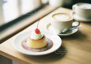 テーブルの上のコーヒー カップの写真・画像素材[1847344]