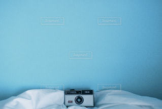 ベッドの上に座っている人の写真・画像素材[1847345]
