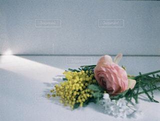テーブルの上の花の花瓶の写真・画像素材[1847349]