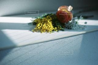 テーブルの上の花の花瓶の写真・画像素材[1847350]