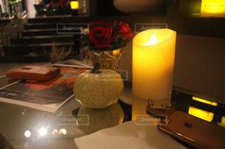 テーブルの上の点灯ろうそくの写真・画像素材[745955]
