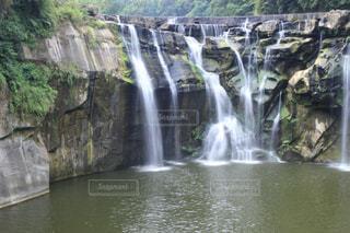 いくつかの水の上の大きな滝の写真・画像素材[1216353]