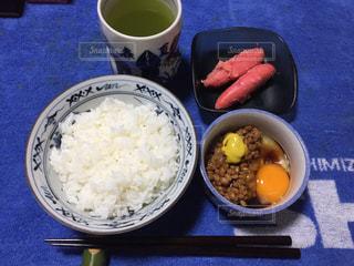 皿のご飯とカップに野菜料理の写真・画像素材[789158]