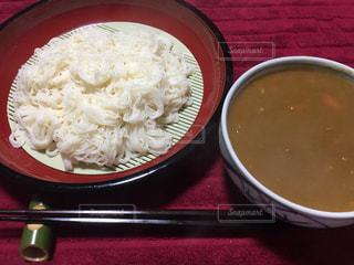 テーブルにあるスープのボウルの写真・画像素材[823290]