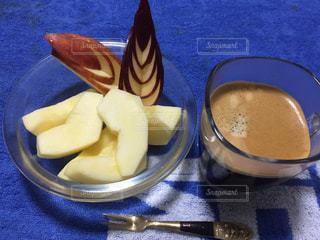 ブルーのプレートにコーヒー カップ - No.843363