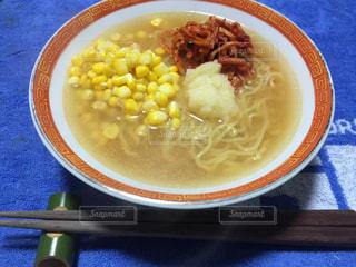 板の上に食べ物のボウルの写真・画像素材[845612]