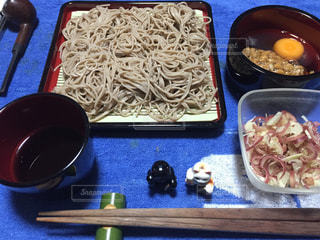 テーブルの上に食べ物のボウルの写真・画像素材[847406]