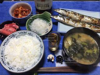 テーブルの上に食べ物のボウルの写真・画像素材[853875]