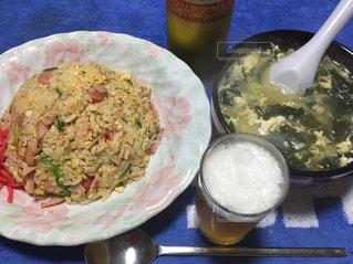 テーブルの上に食べ物のプレートの写真・画像素材[865994]