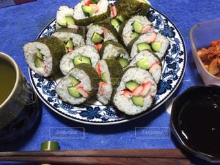 テーブルの上に食べ物のプレートの写真・画像素材[868110]