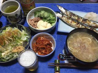テーブルの上に食べ物のボウルの写真・画像素材[871763]