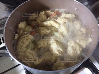 金属鍋ストーブの上のスープのボウルの写真・画像素材[879743]